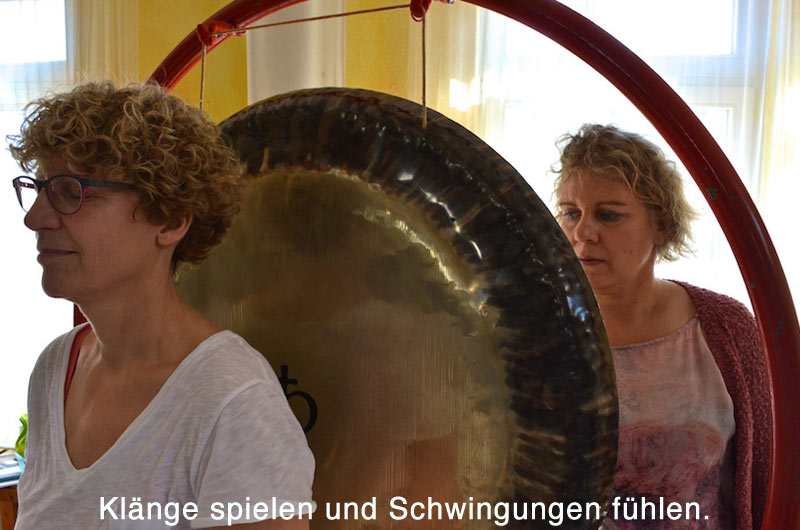 Klänge spielen und Schwingungen fühlen sind Eckpfeiler der integralen Klangarbeit.