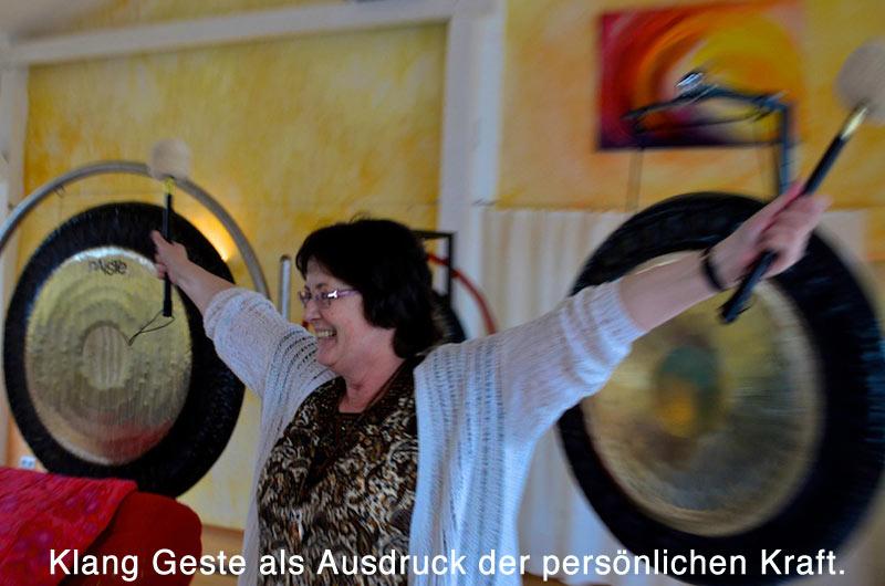 Die Klang Geste in der integralen Klangarbeit ist Ausdruck der persönlichen Kraft.
