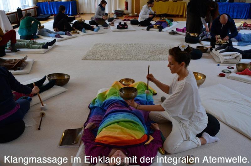 Klangmassage in der integralen Klangarbeit im Einklang mit der Atemwelle.